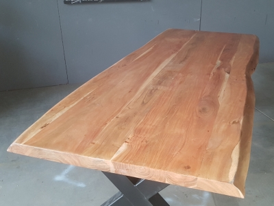 Baumkantentisch Akazie 240 cm lang - 5,6 cm stark